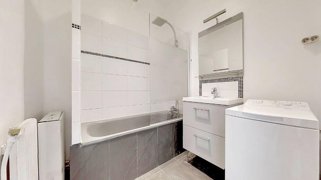 Appartement à louer 4 62.17m2 à Lyon 8 vignette-2