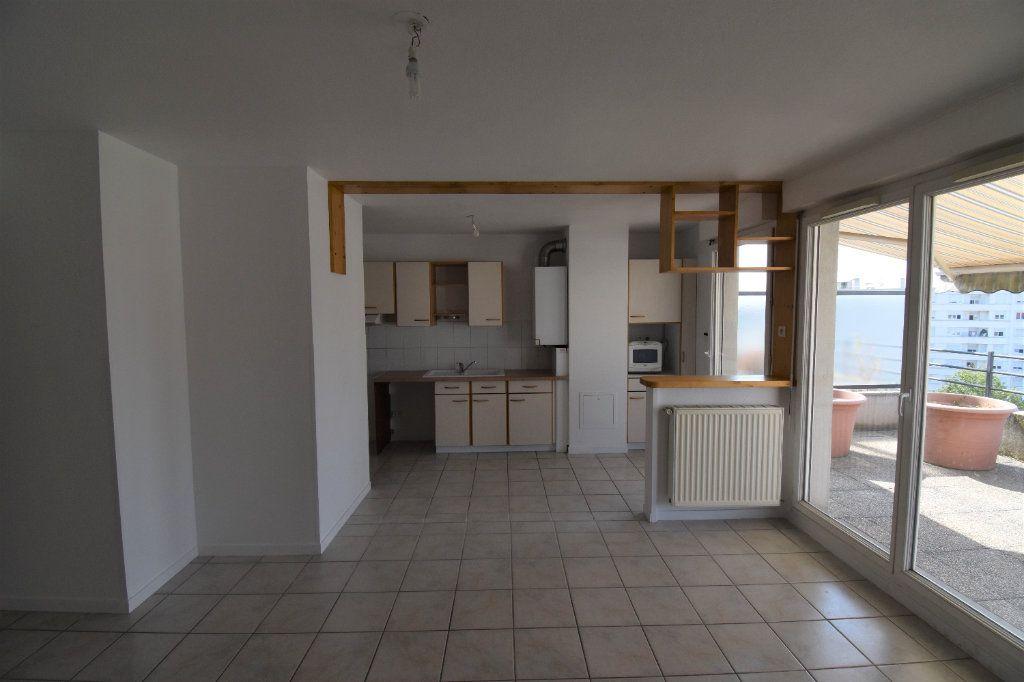 Appartement à louer 4 76.43m2 à Lyon 8 vignette-1