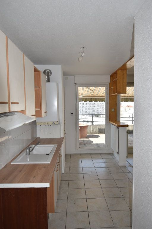 Appartement à louer 4 76.43m2 à Lyon 8 vignette-4