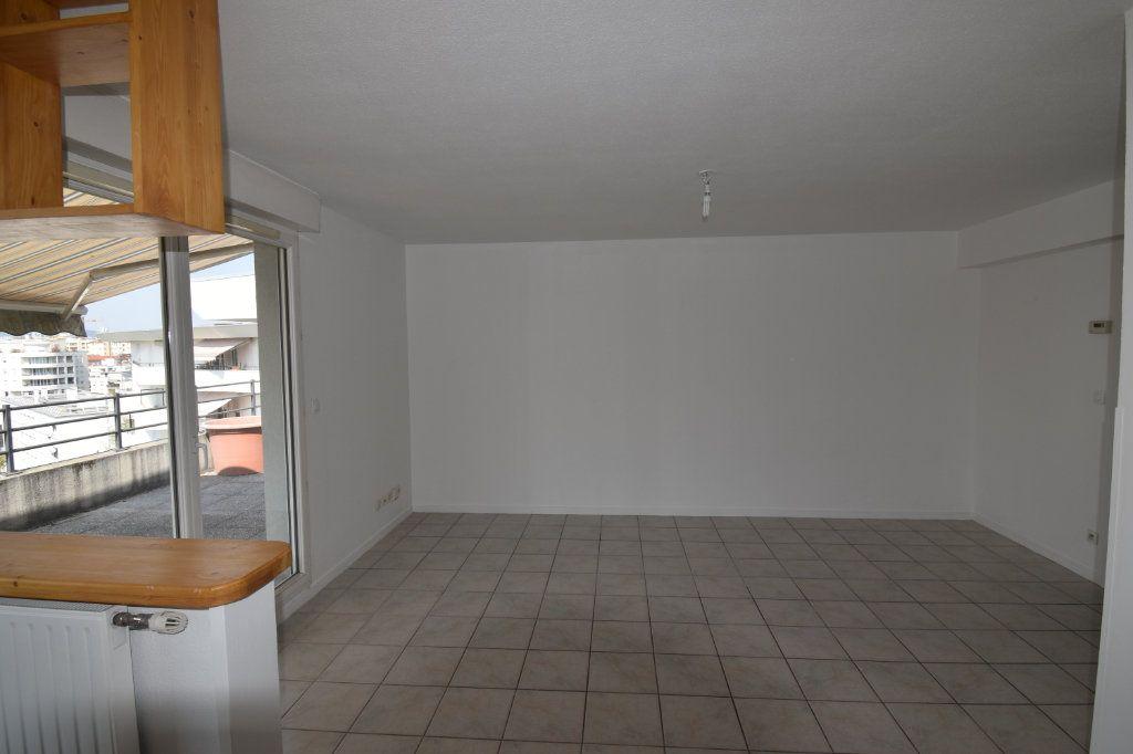 Appartement à louer 4 76.43m2 à Lyon 8 vignette-8