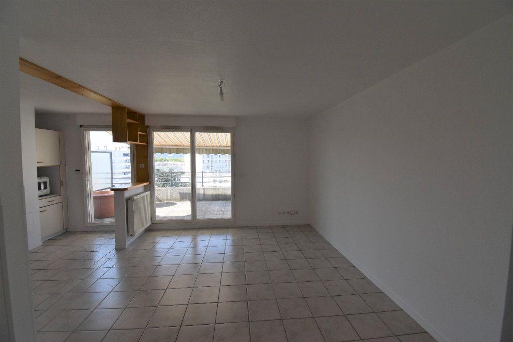 Appartement à louer 4 76.43m2 à Lyon 8 vignette-9