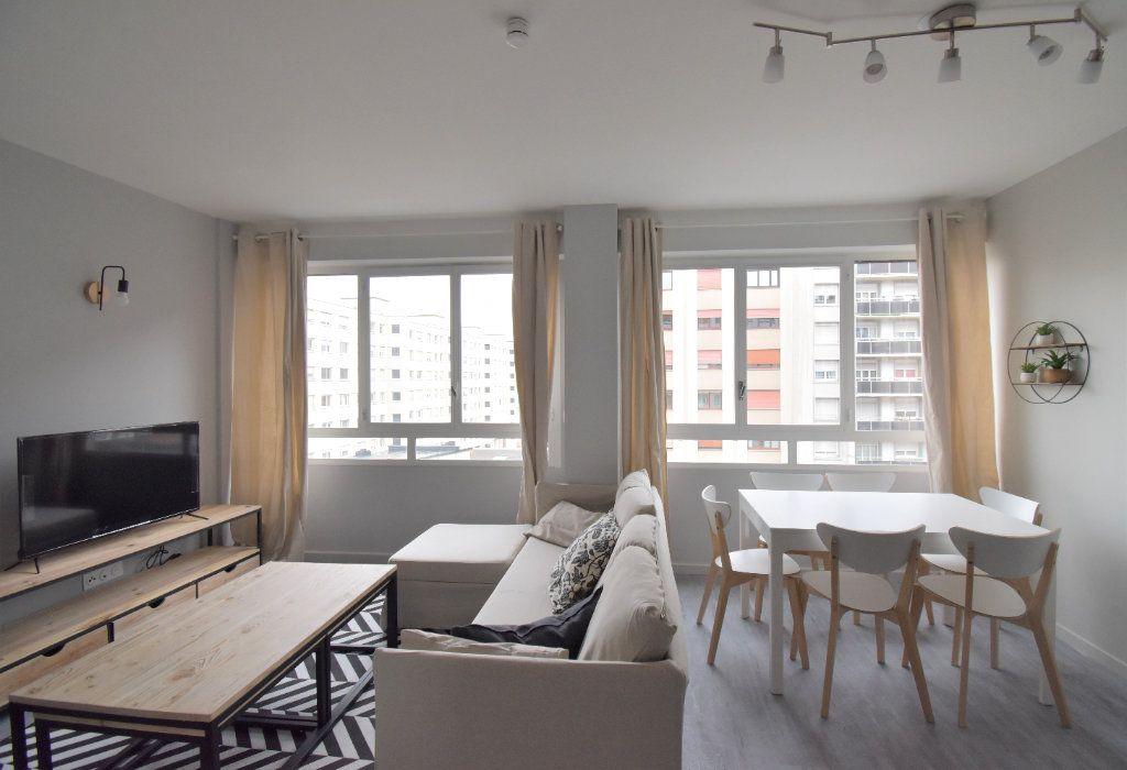 Appartement à louer 5 82.05m2 à Lyon 8 vignette-1