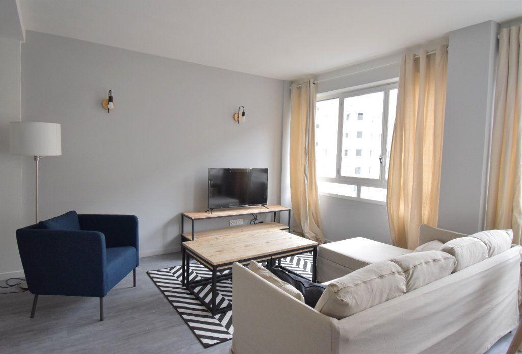 Appartement à louer 5 82.05m2 à Lyon 8 vignette-2