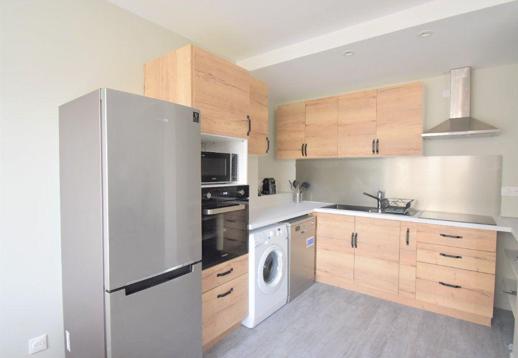 Appartement à louer 5 82.05m2 à Lyon 8 vignette-3