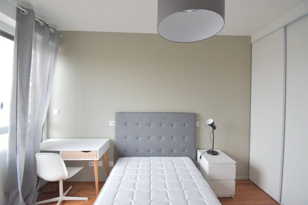 Appartement à louer 5 82.05m2 à Lyon 8 vignette-4