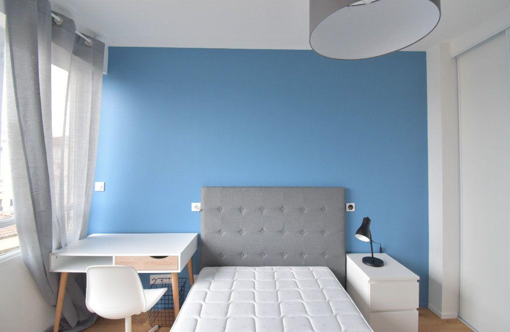 Appartement à louer 5 82.05m2 à Lyon 8 vignette-5