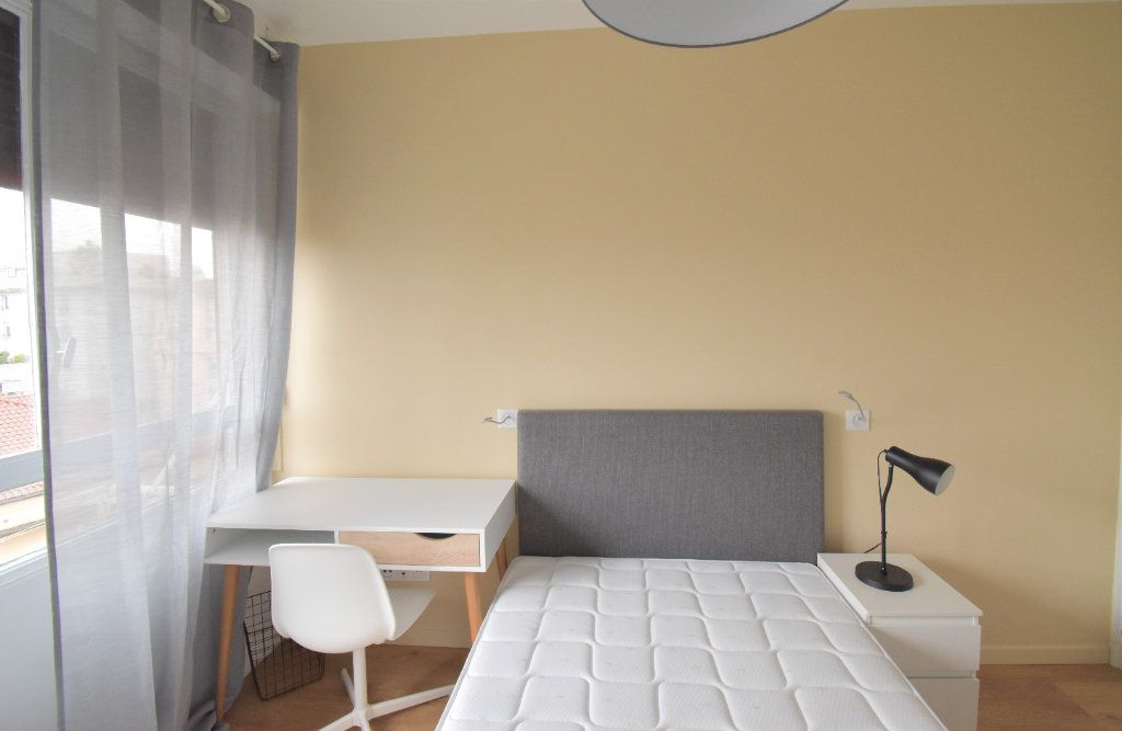 Appartement à louer 5 82.05m2 à Lyon 8 vignette-6
