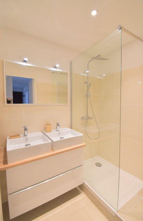 Appartement à louer 5 82.05m2 à Lyon 8 vignette-9