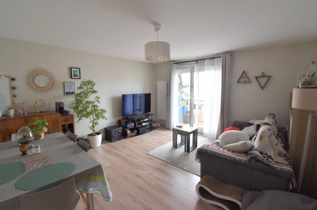 Appartement à louer 3 69.11m2 à Lyon 8 vignette-1