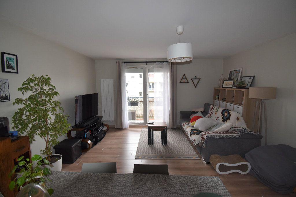 Appartement à louer 3 69.11m2 à Lyon 8 vignette-2