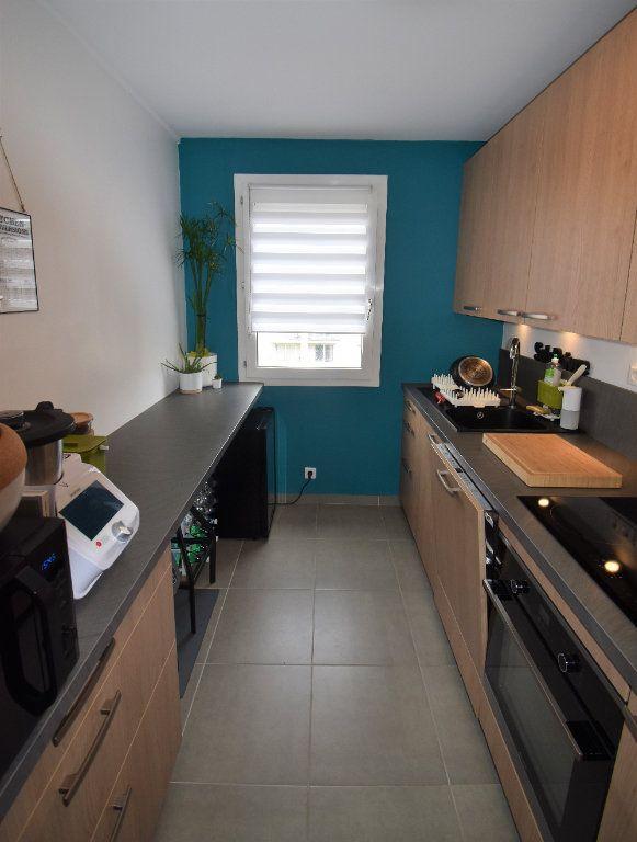 Appartement à louer 3 69.11m2 à Lyon 8 vignette-4
