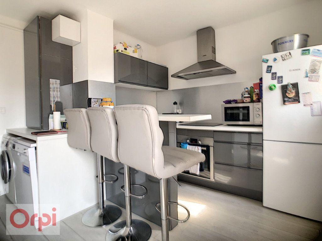 Appartement à louer 3 57.63m2 à Juan-les-Pins - Antibes vignette-1