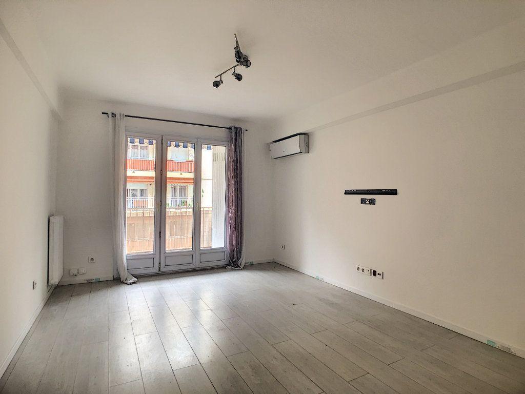Appartement à louer 3 57.63m2 à Juan-les-Pins - Antibes vignette-2