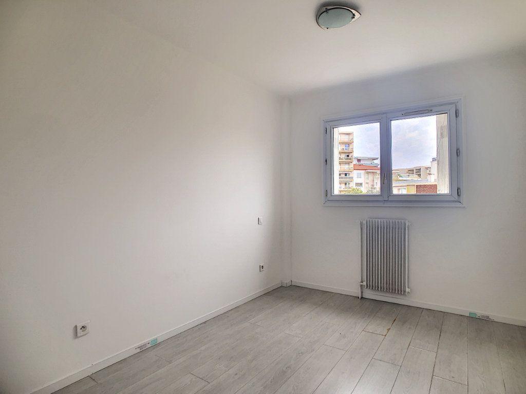 Appartement à louer 3 57.63m2 à Juan-les-Pins - Antibes vignette-3