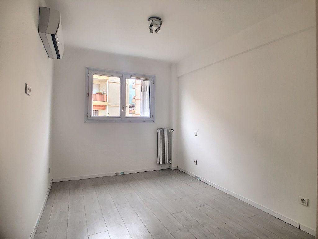 Appartement à louer 3 57.63m2 à Juan-les-Pins - Antibes vignette-4
