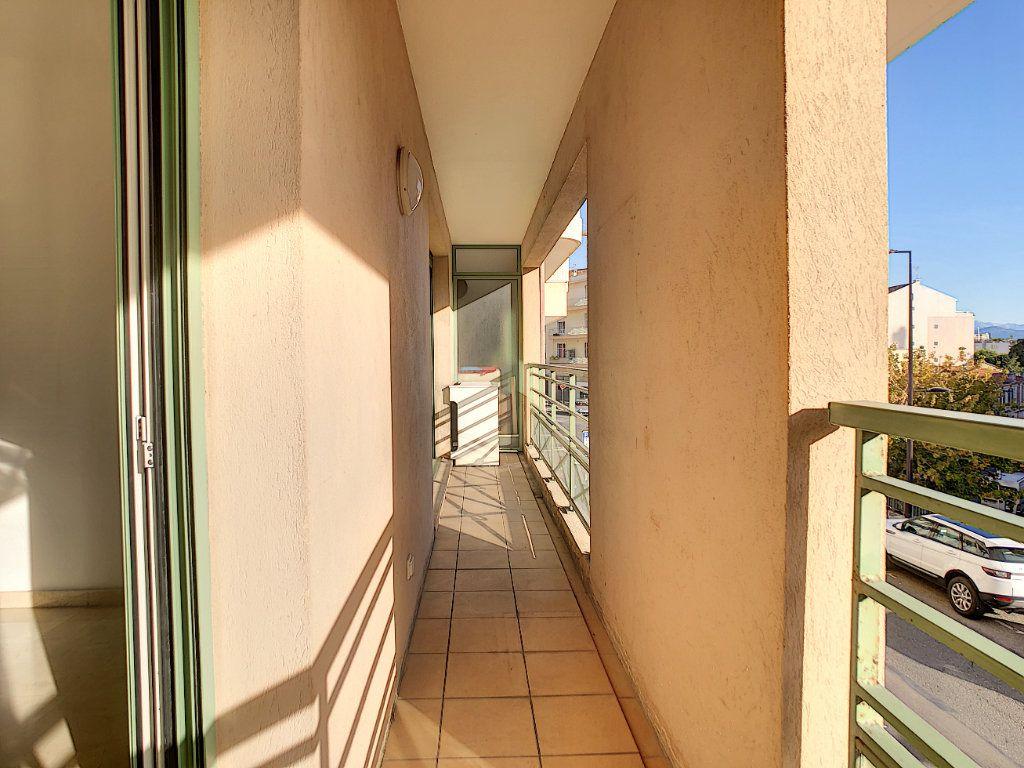 Appartement à louer 2 37.76m2 à Antibes vignette-1