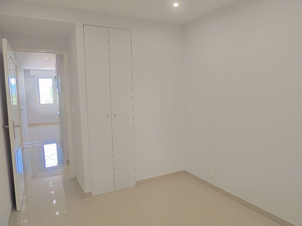 Appartement à louer 2 26.77m2 à Cannes vignette-1