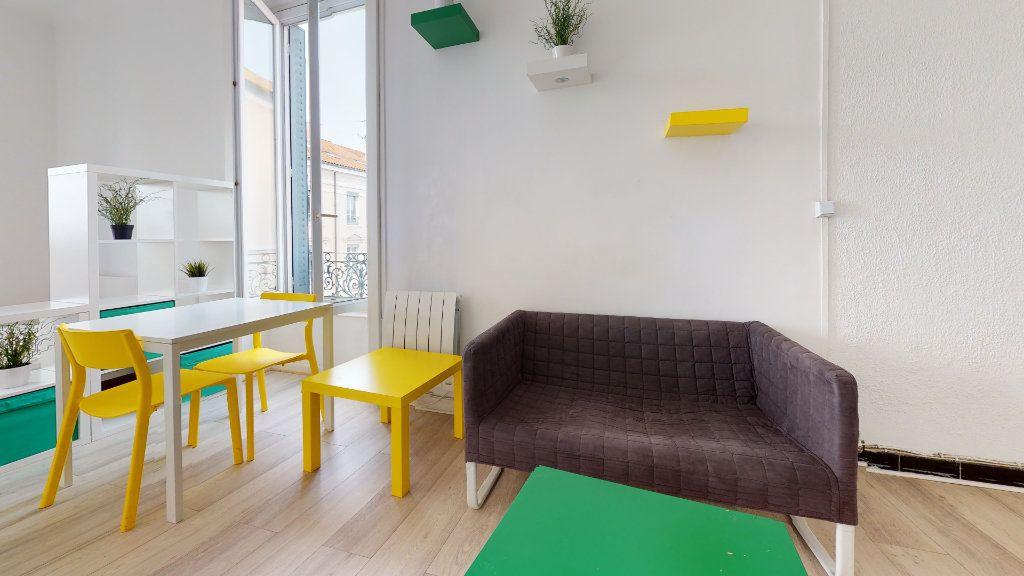 Appartement à louer 1 32m2 à Lyon 7 vignette-2