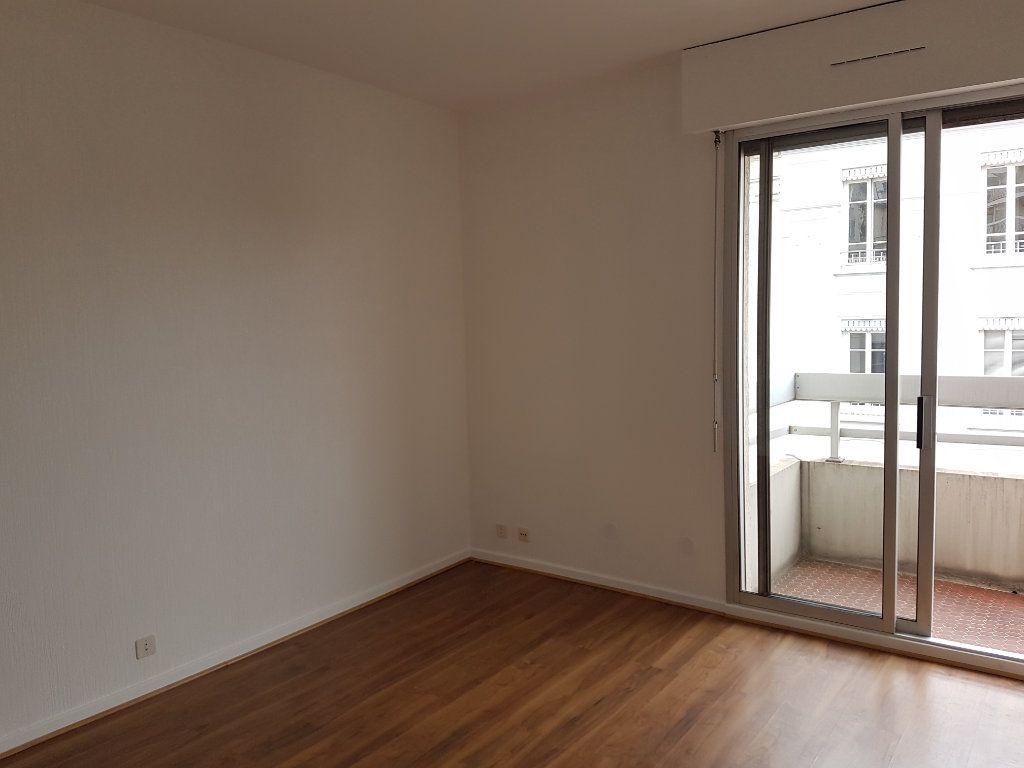Appartement à louer 1 35m2 à Lyon 7 vignette-3