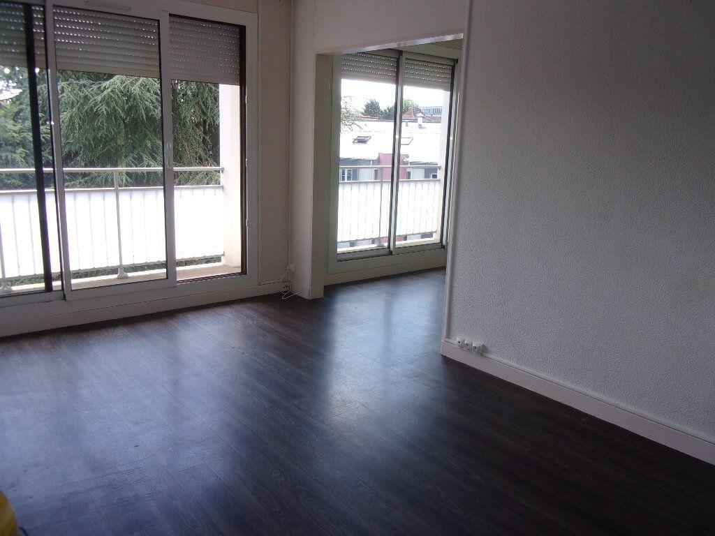 Appartement à louer 3 68.76m2 à Bourg-en-Bresse vignette-3