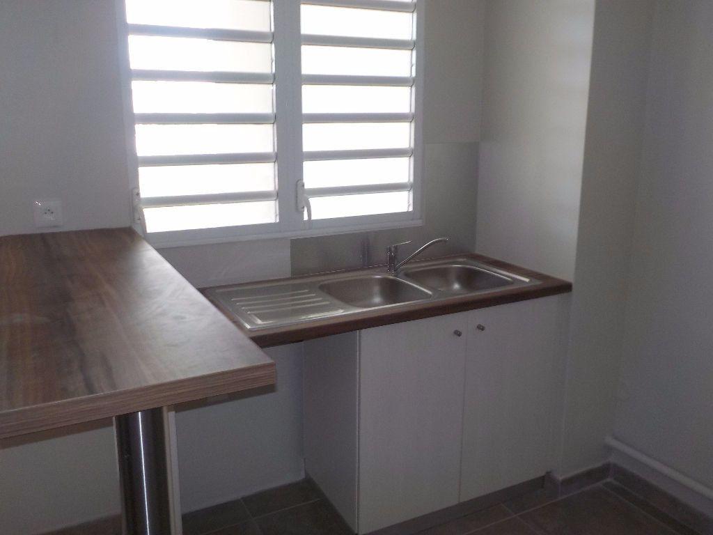 Appartement à louer 4 81.35m2 à Fort-de-France vignette-5