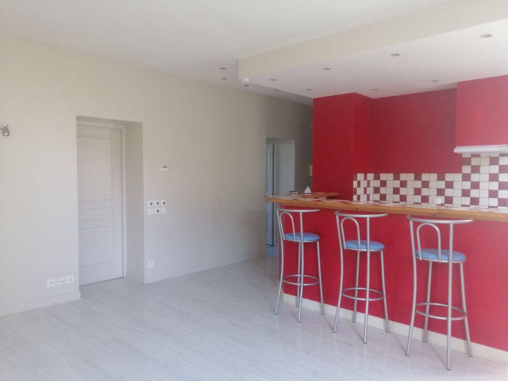Appartement à louer 3 66.31m2 à Saint-Étienne vignette-2