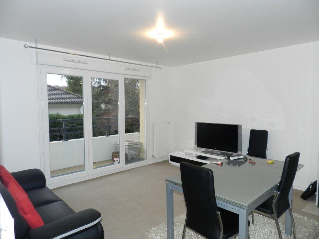 Appartement à louer 3 62.85m2 à Brie-Comte-Robert vignette-1