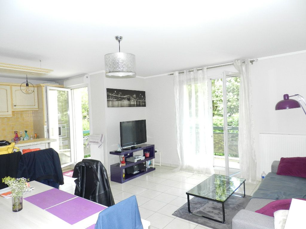Appartement à louer 3 66.08m2 à Brie-Comte-Robert vignette-2