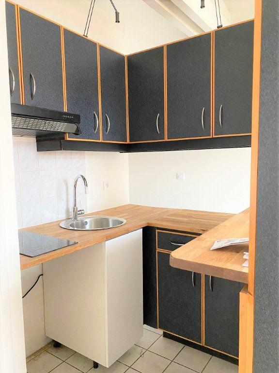 Appartement à louer 2 30.84m2 à Sainte-Geneviève-des-Bois vignette-3