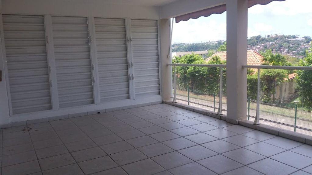 Appartement à louer 3 65.86m2 à Fort-de-France vignette-1