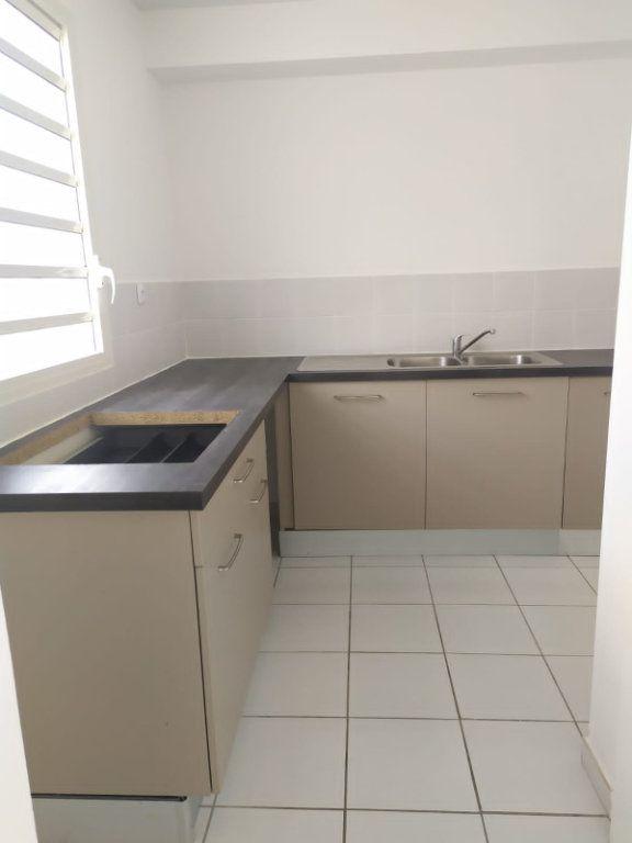 Appartement à louer 4 74.19m2 à Le Lamentin vignette-4