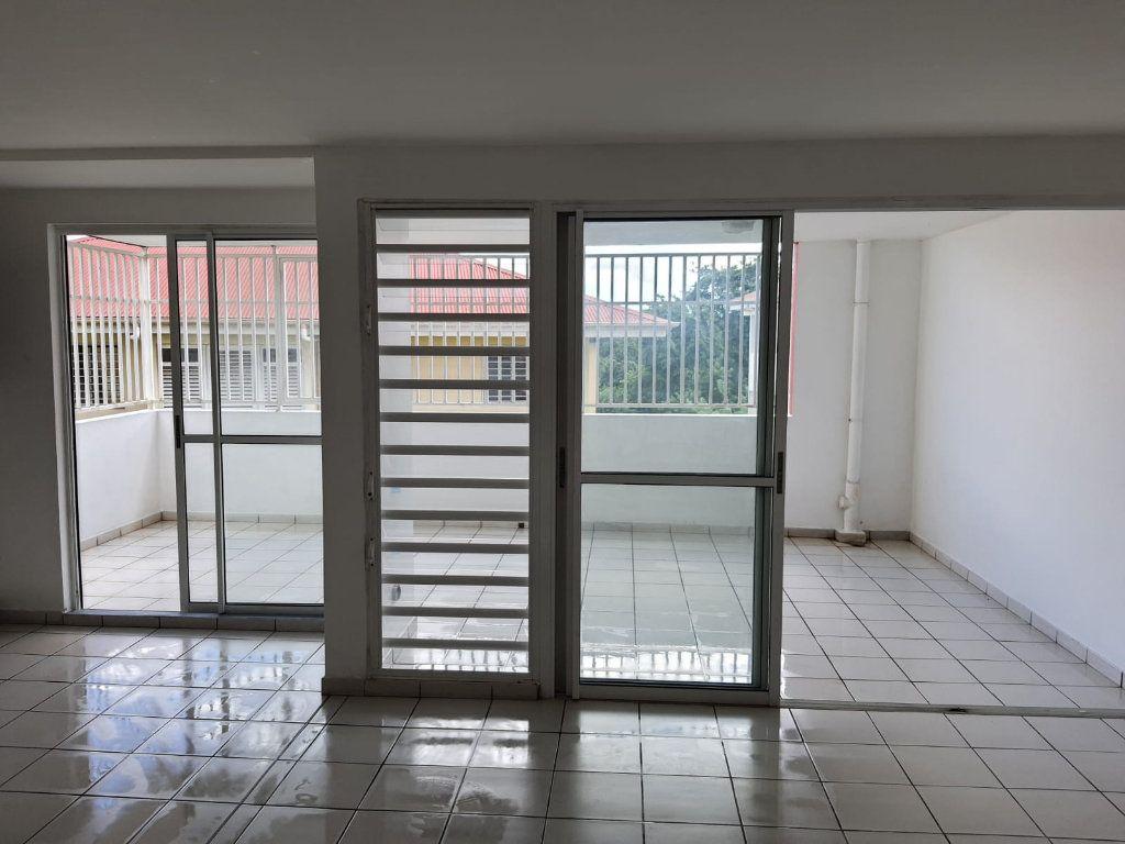 Appartement à louer 3 73.84m2 à Le Lamentin vignette-3