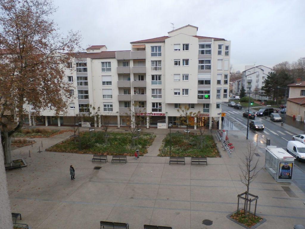Appartement à louer 4 78.39m2 à Lyon 8 vignette-2