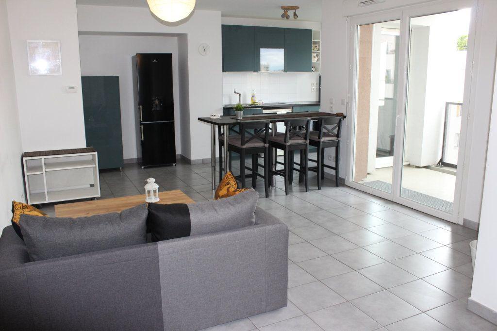 Appartement à louer 3 60.86m2 à Vénissieux vignette-1