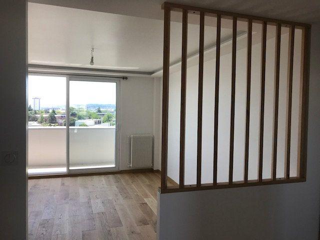 Appartement à louer 4 69.54m2 à Vénissieux vignette-3
