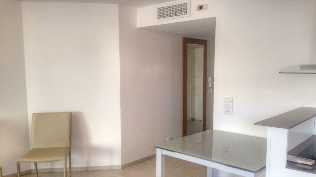 Appartement à louer 2 43m2 à Golfe Juan - Vallauris vignette-3