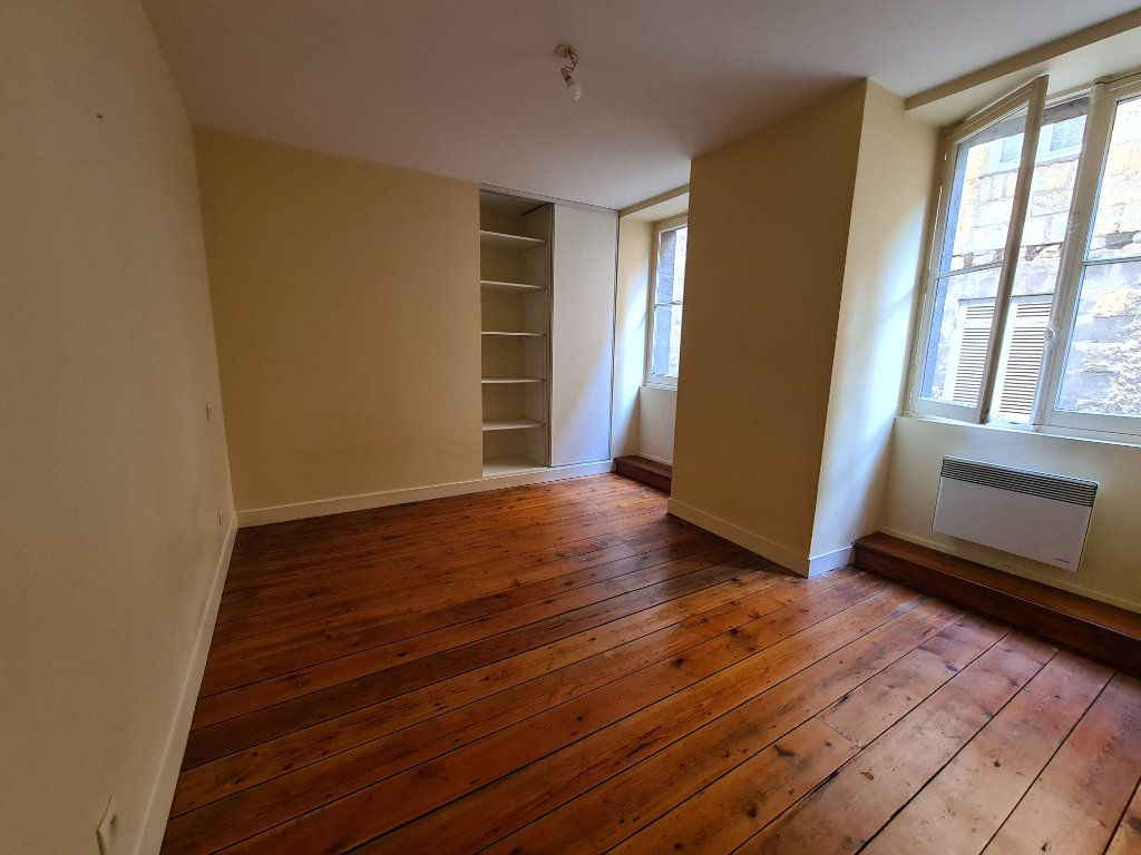 Appartement à louer 4 124m2 à Bordeaux vignette-5