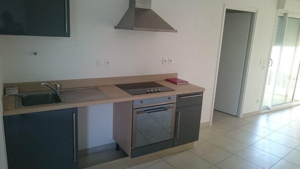 Appartement à louer 4 66.03m2 à Istres vignette-3