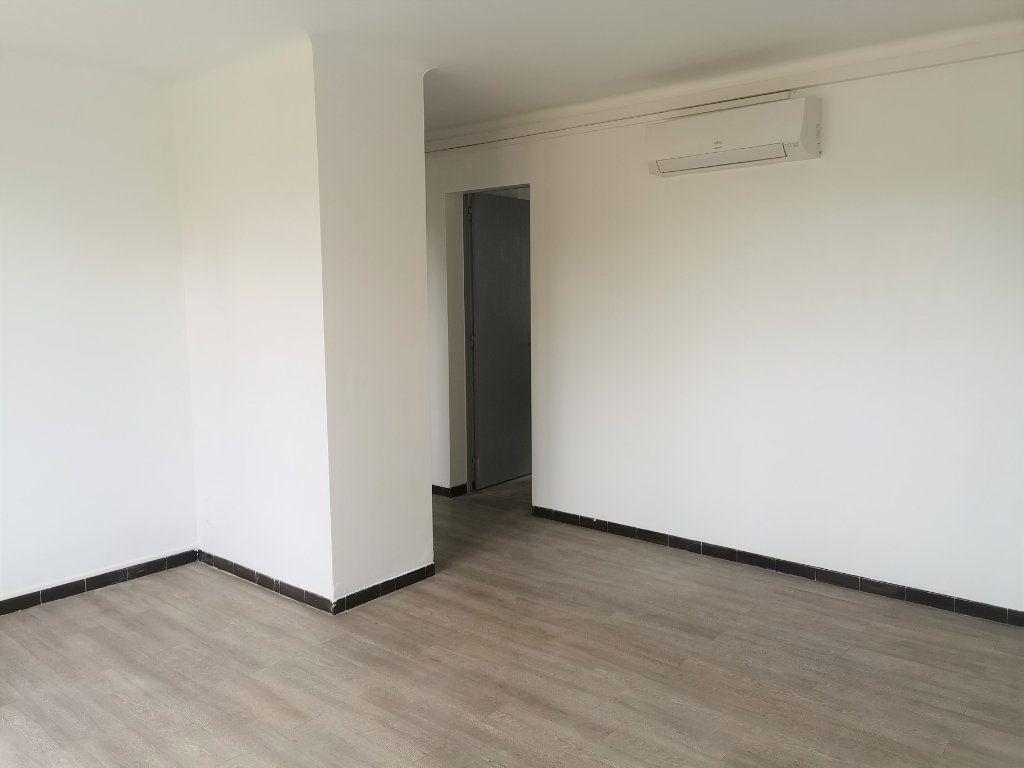 Appartement à louer 4 64.29m2 à Nîmes vignette-2