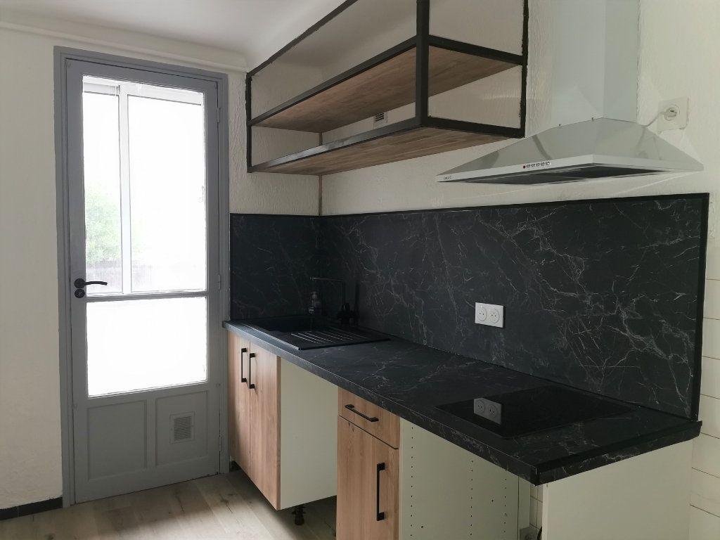 Appartement à louer 4 64.29m2 à Nîmes vignette-3