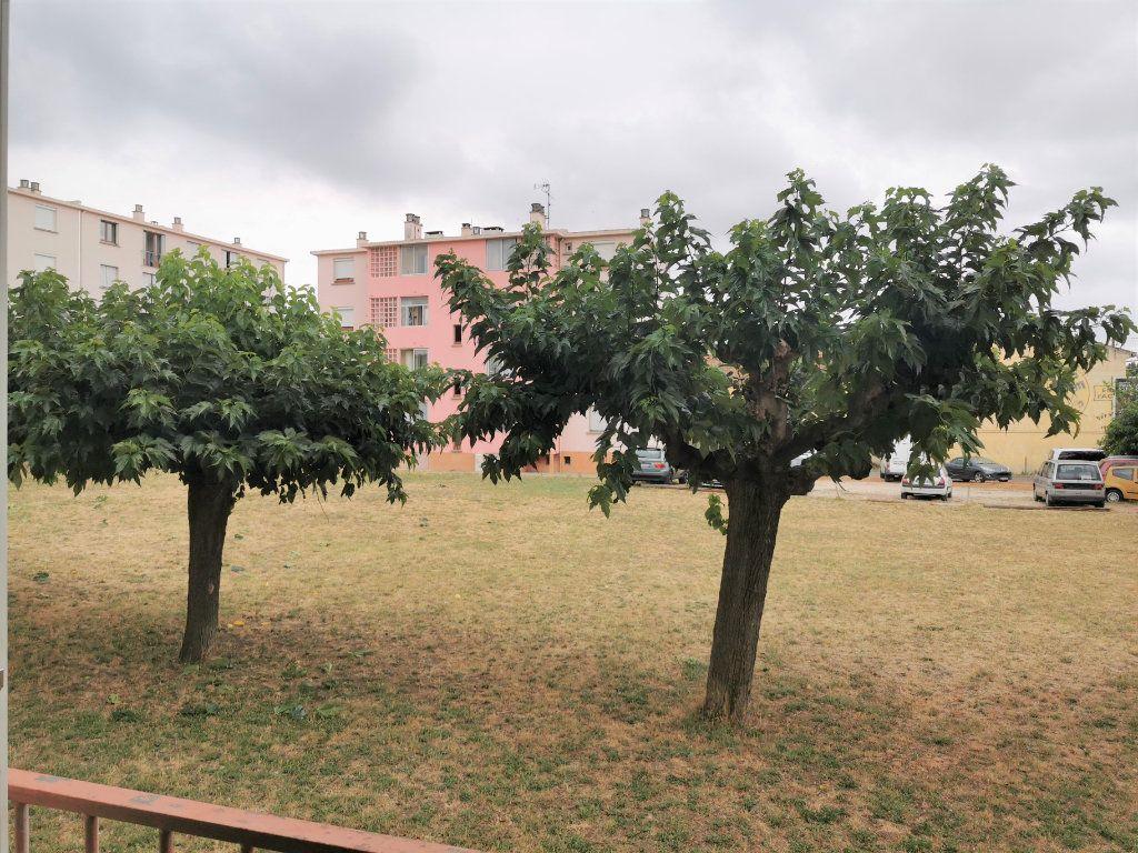 Appartement à louer 4 64.29m2 à Nîmes vignette-6