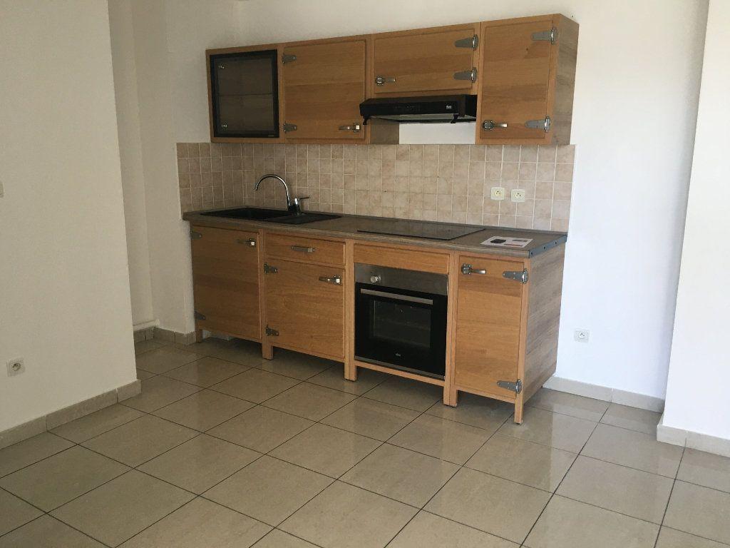 Appartement à louer 3 47.49m2 à Saint-Benoît vignette-1