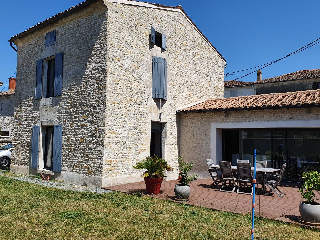 Maison à vendre 5 140m2 à Saint-Hilaire-la-Palud vignette-1