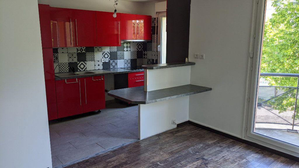 Appartement à louer 3 61.15m2 à Moissy-Cramayel vignette-3