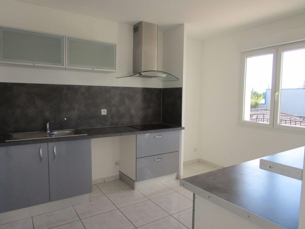 Appartement à louer 4 111m2 à Saint-Saturnin-lès-Avignon vignette-2