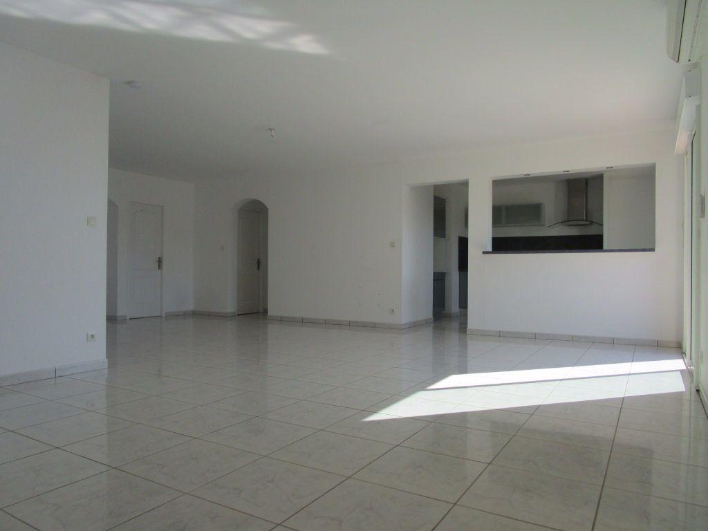 Appartement à louer 4 111m2 à Saint-Saturnin-lès-Avignon vignette-9