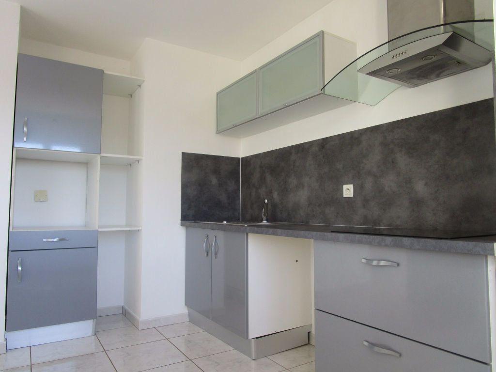 Appartement à louer 4 111m2 à Saint-Saturnin-lès-Avignon vignette-10