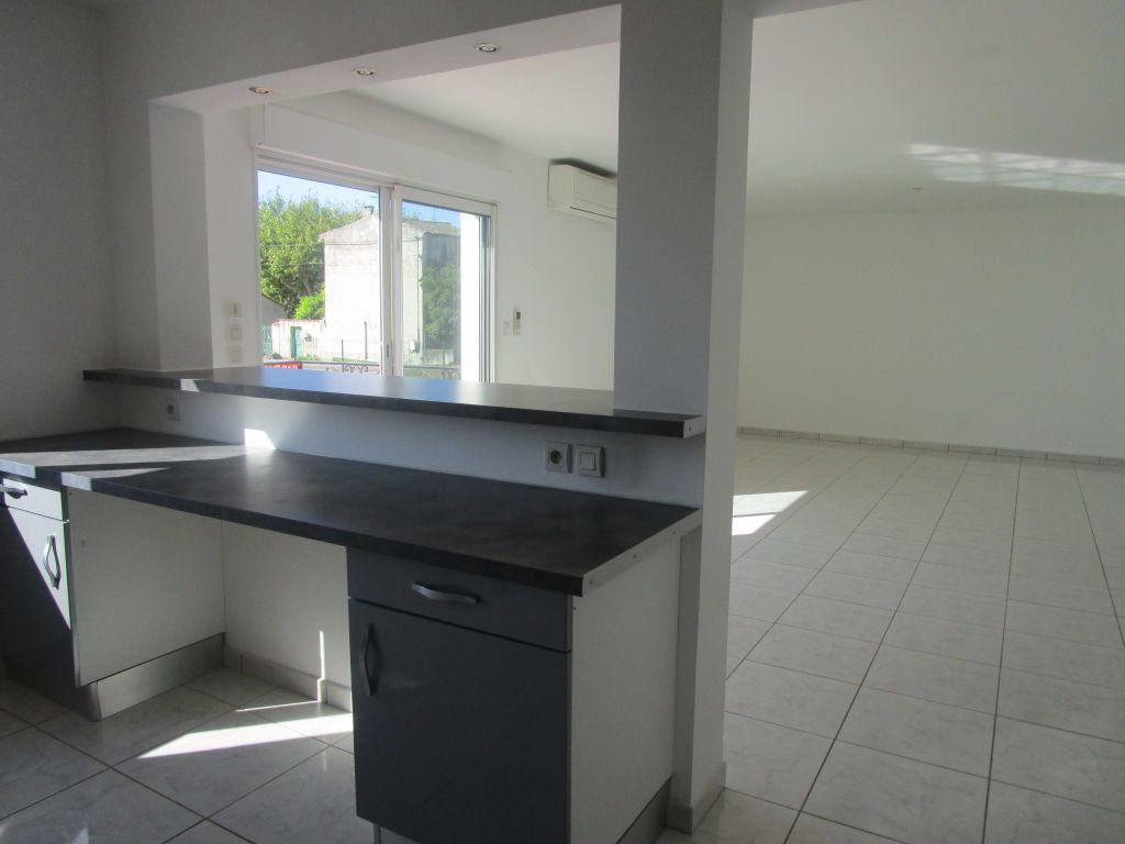 Appartement à louer 4 111m2 à Saint-Saturnin-lès-Avignon vignette-11