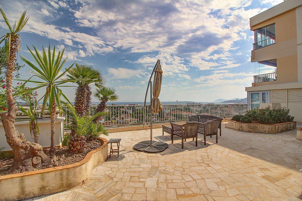 Appartement à vendre 4 140.22m2 à Antibes vignette-1