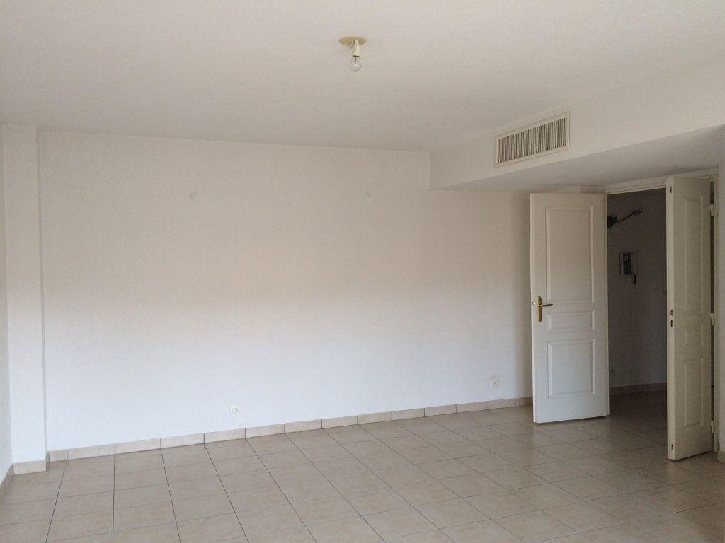 Appartement à louer 3 67.21m2 à Vallauris vignette-2